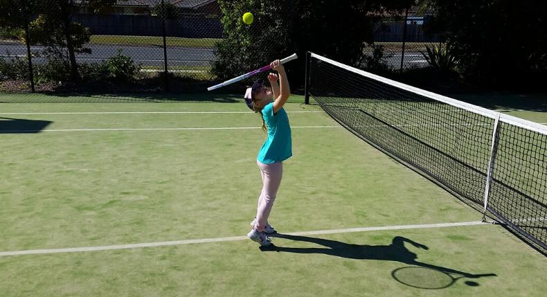 Dziecko gra tylko w sporty zespołowe? Daj szansę tenisowi!