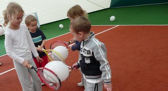 Rozgrzewka małego tenisisty