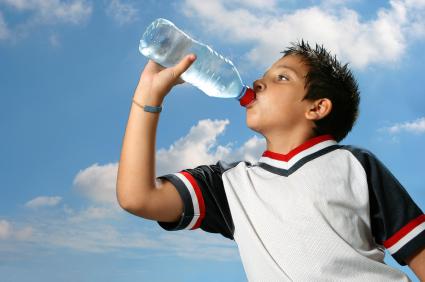 Dziecko pijące wodę