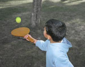 Dziecko trenujące z rakietką