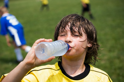 Dziecko pijące wodę po treningu