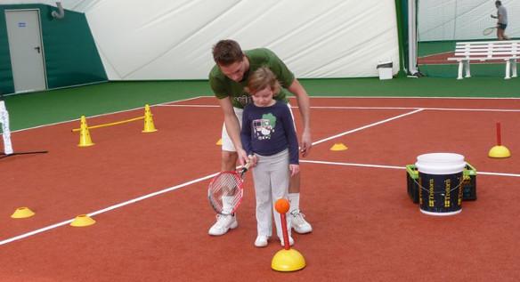 Wychowanie młodego tenisisty – od czego zacząć przygotowania?