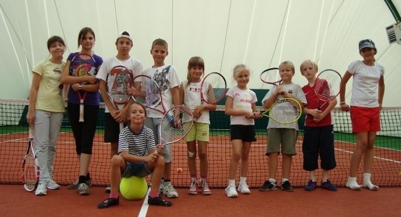 Gra w tenisa sposobem na wakacje w Poznaniu